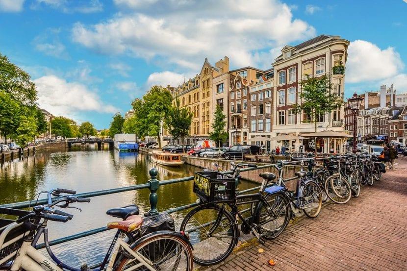 Bicicletas en un canal de Ámsterdam